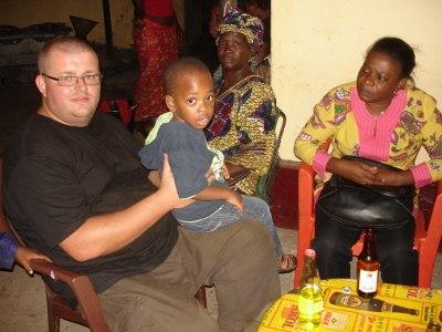 Coordenador de logística Max, Responsável do Projeto Josephine e seu filho Issa